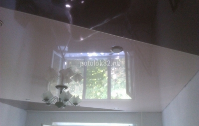 Коричневый и белый глянцевый потолок через разделительный профиль - работы студии Потолок32