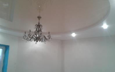 Глянцевый потолок бежевого цвета в форме круга - работы студии Потолок32
