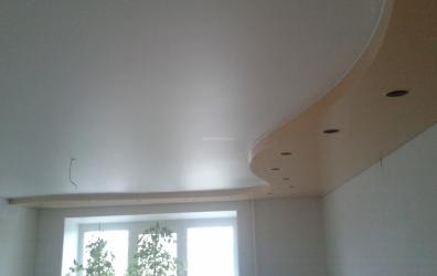 Белый сатиновый потолок с бежевым глянцевым вторым уровнем - работы студии Потолок32