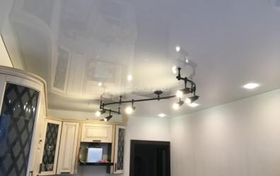 глянцевый потолок и освещение на кухне - работы студии Потолок32