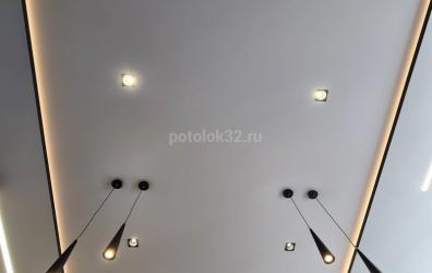 Натяжной потолок с подсветкой SLOTT - работы студии Потолок32