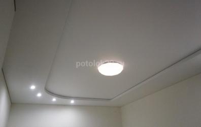 двухуровневый потолок белого цвета в зале - работы студии Потолок32