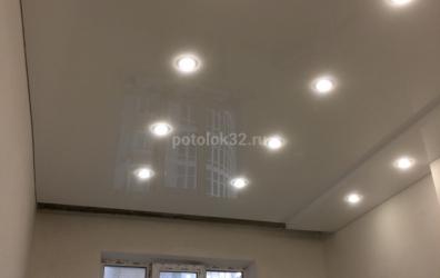 Натяжной потолок в зале двухуровневый с нишей под парящие шторы - работы студии Потолок32