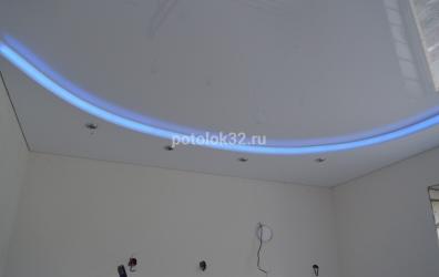 Двухуровневый белый глянцевый и сатиновый потолок с подсветкой - работы студии Потолок32