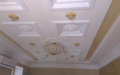 Цветной глянцевый потолок в коробе - работы студии Потолок32