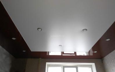 сатиновый и глянцевый потолок через разделительный профиль - работы студии Потолок32