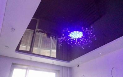 глянцевый потолок с люстрой и парящей шторой - работы студии Потолок32
