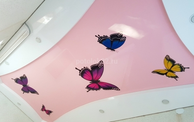 натяжной потолок розовый с бабочками - работы студии Потолок32